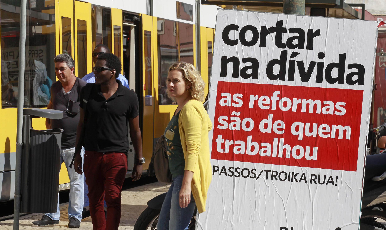 Portugueses protestam contra medidas de austeridade impostas pelo governo.
