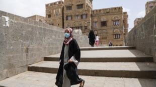 Une jeune yéménite porte un masque de protection à Sanaa dans la crainte du Covid-19 le 17 mars 2020 (image d'illustration).