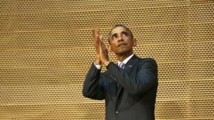 Barack Obama applaudit l'assemblée à la fin de son discours au siège de l'Union africaine à Addis Abeba, le 28 juillet 2015.