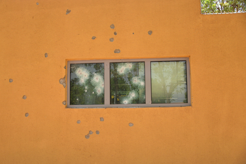 Impacts de balles sur le mur de l'ambassade française de Ouagadougou, au Burkina Faso, au lendemain de l'attaque contre l'ambassade et le QG de l'état major burkinabè, dans laquelle une dizaine de personnes ont perdu la vie. 3 mars 2018.