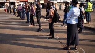 Depuis quatre mois, le Rwanda a pris des mesures parmi les plus strictes du continent. À Kigali, des marquages au sol indiquent la distanciation sociale à respecter lorsque l'on attend le bus.