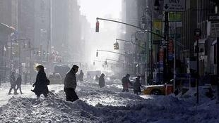 Peatrones cruzan la Séptima Avenida de Nueva York, el 27 de diciembre de 2010.