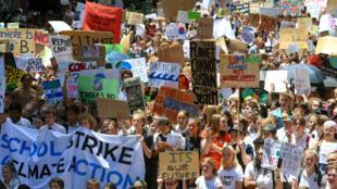 Estudantes fazem passeata em Sidney pelo clima.