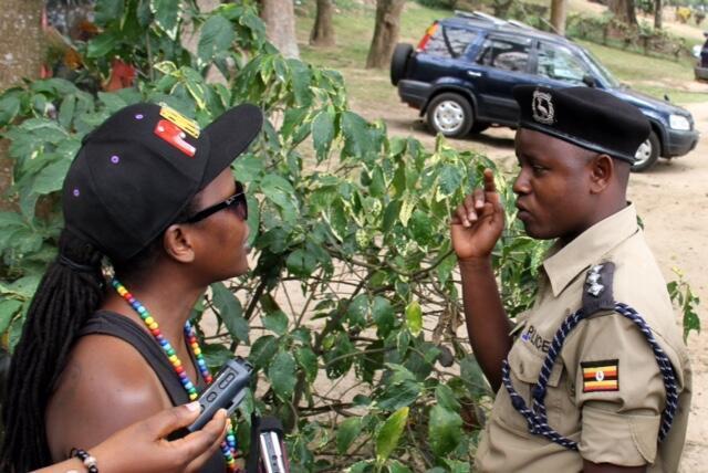 La militante pour les droits de la communauté LGBT, Kasha Jacqueline Nabagesera, négocie avec les forces de police, lors de la tentative d'organisation d'une Gay Pride à Entebbe, en Ouganda, le 24 septembre 2016