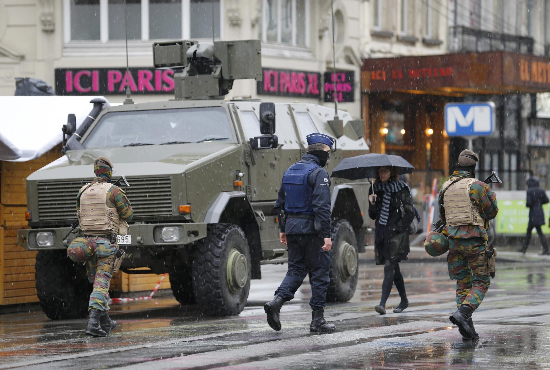 Busca de terroristas coloca tanques de guerra e militares nas ruas de Bruxelas.