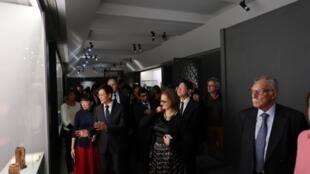 台北故宫院长林正仪对法国吉美博物馆馆长解说参展玉器照片