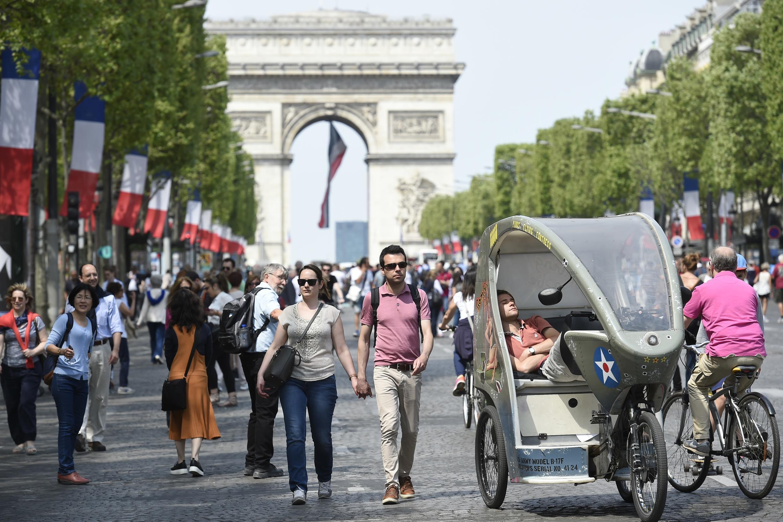 Vào mùa nắng đẹp trời, Champs-Élysées trở thành không gian dành riêng cho người đi bộ hay xe đạp, mỗi tháng một lần.