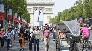 """На Елисейских полях """"день без автомобиля"""" проходит даже не раз в год, а раз в месяц, по воскресеньям. Новая традиция, начало которой мэрия Парижа положила весной 2016 г."""