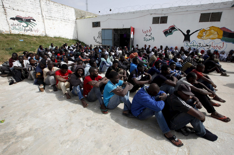 Migrantes ilegales detenidos en el centro Abu Saleem de Trípoli, Libia, 21 de abril de 2015.