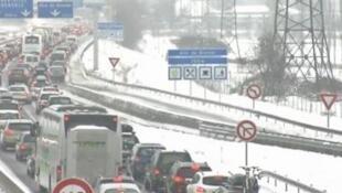 Longos engarrafamentos foram registrados no sudeste da França devido à queda de neve neste sábado (27).