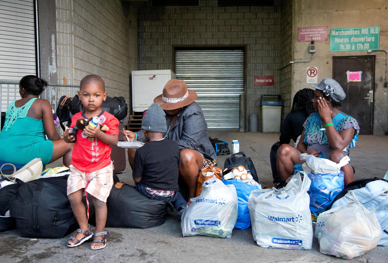 Une famille d'Haïtiens aux abords du Stade olympique de Montréal, au Québec.