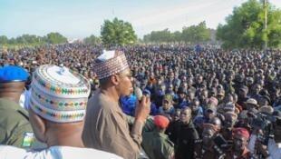 Gwamnan Barno Babagana Umara Zulum yayin bukin taimawa kungiyar sakai dake yaki da Boko Haram