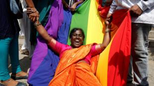 ស្ត្រីសកម្មជនអ្នកស្រលាញ់ភេទដូចគ្នា (LGBT) អបអរនឹងការលប់ចោលមាត្រា 377នៃច្បាប់ព្រហ្មទណ្ឌ។ ឥណ្ឌា ថ្ងៃទី៦ កញ្ញា ២០១៨