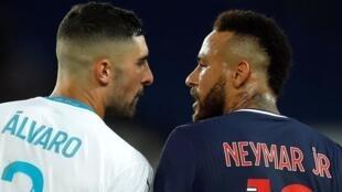 Le clash entre les joueurs Alvaro Gonzalez (Olympique de Marseille) et Neymar (PSG), pendant le match, le 13 septembre 2020.