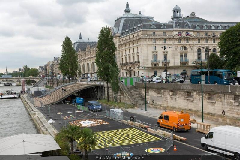 Na marginal esquerda, que já foi transformada em zona de pedestres, prefeitura montou áreas de lazer e de esportes.