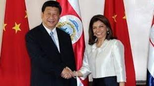 習近平2013年6月3日訪問哥斯達黎加與該國總統勞拉•欽奇利亞會談