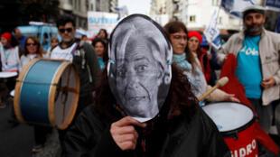 Manifestante com máscara do rosto de Christine Lagarde, a chefona do FMI, durante protesto em Buenos Aires, em 3 de julho de 2018.