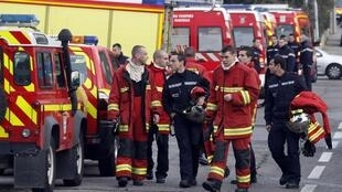 Пожарные рассчеты возле дома престарелых в Марселе, 6 обитательниц которого погибли в дыму 14/12/2011