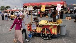 Un vendeur de rue à Istanbul, en Turquie, le 4 septembre 2020.