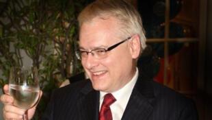 Ivo Josipovic, candidat social-démocrate, obtient 32,7% des voix à l'issue du premier tour de l'élection présidentielle croate.