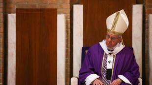 Le pape François  a visité la paroisse Sainte-Madeleine-de-Canossa, dans la périphérie nord de la capitale italienne, le 12 mars 2017.rès