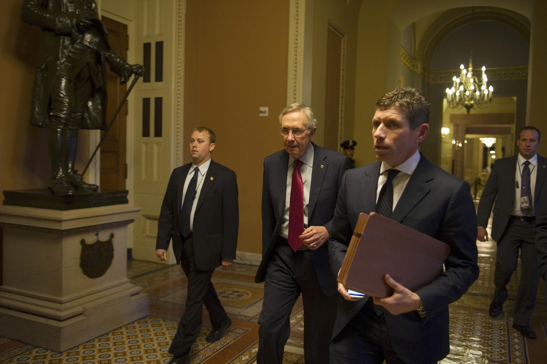 Ông Harry Reid (giữa), lãnh đạo phe đa số Dân chủ tại Thượng viện, gặp tổng thống Barack Obama ngày 28/12/2012, cùng với lãnh đạo phe Cộng hòa ở Thượng viện Mitch McConnell.