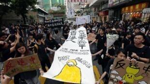 Los manifestantes rinden un homenaje a Marco Leung, 'el hombre de amarillo', el 16 de junio de 2019 en Hong Kong.