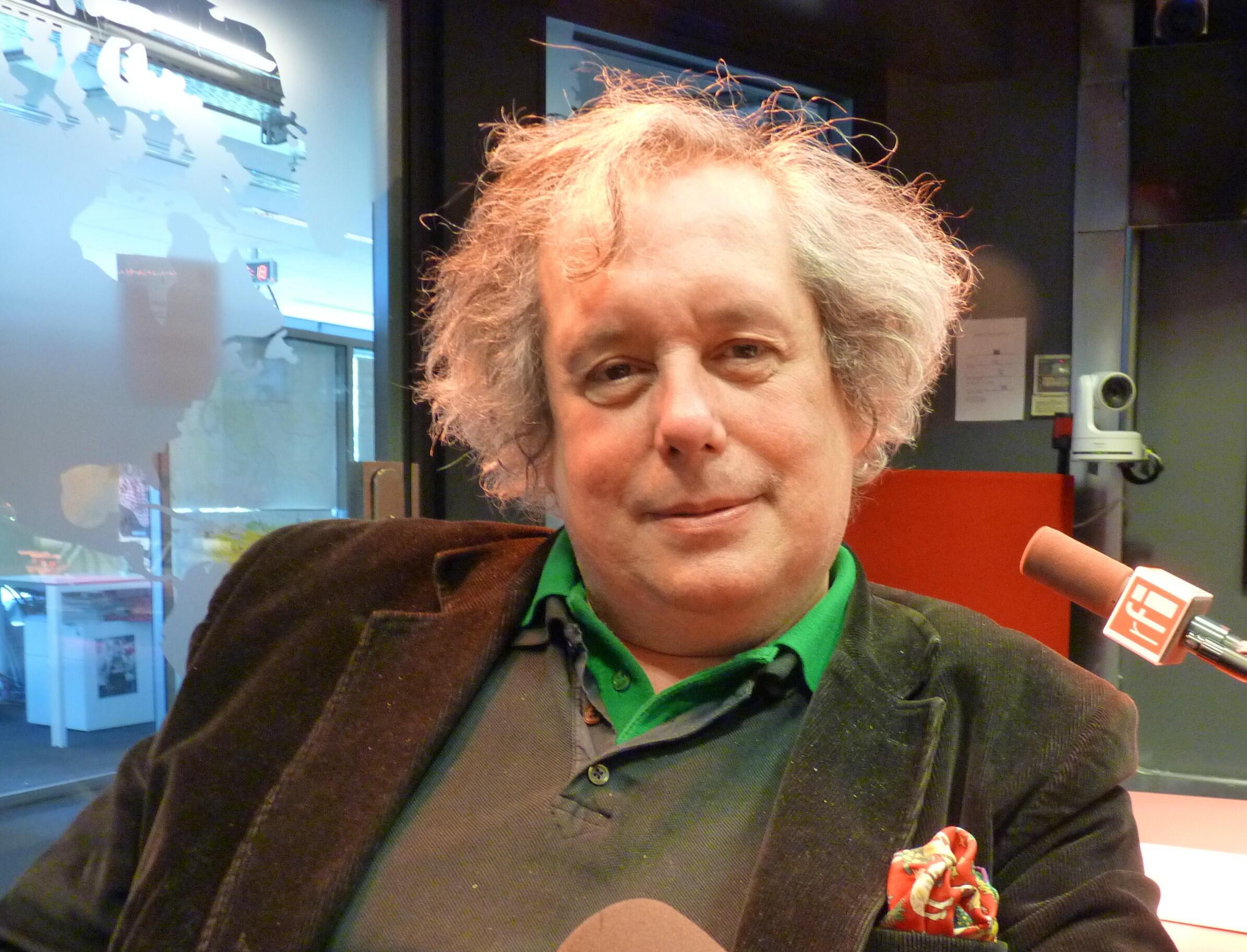 Camilo Racana en los estudios de Radio Francia Internacional.