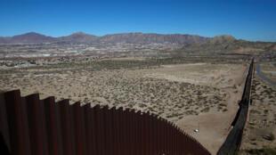 Vue générale d'une section de la frontière entre le Mexique et les Etats-Unis, près de la ville mexicaine Ciudad Juarez, le 26 janvier 2017.