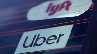 L'État californien accuse les deux plateformes de VTC, Uber et Lyft, d'imposer des statuts précaires à leurs chauffeurs. Le procureur ordonne la requalification des conducteurs en salariés.