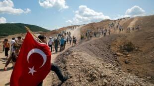 Des militants écologistes se regroupent pour manifester contre le projet minier près de de Kirazli, le 5 août 2019.