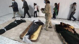 Líbios visitam os corpos do ex-ditador Muammar Kadafi, de seu filho Mo'tassim e do general Abu Bakr Younis, em Misrata.