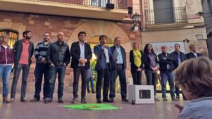Micro à la main, le maire de Martorell Javier Fonollosa, lors d'une réunion publique consacrée au référendum.