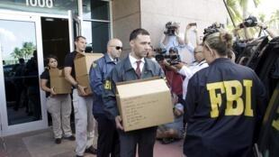Des agents du FBI perquisitionnent les locaux de la Confédération américaine de football (Concacaf) à Miami, le 27 mai 2015.
