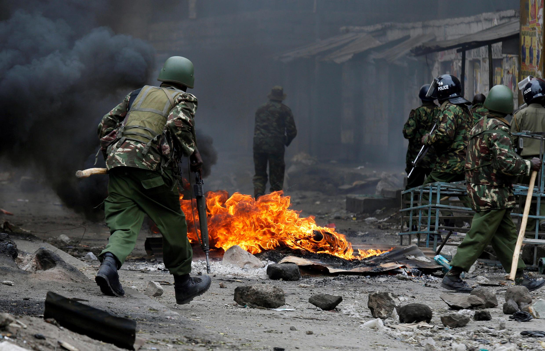 Policías se enfrentan con los manifestantes que apoyan al líder de la oposición Raila Odinga en Nairobi, Kenia el 12 de agosto de 2017.