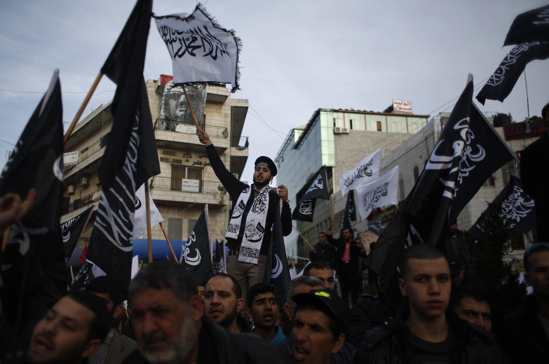 Palestinos foram às ruas de Ramallah, na Cisjordânia, contra o jornal francês.