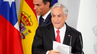 Le président chilien Sebastian Piñera (premier plan) a donné une conférence de presse conjointe avec le Premier ministre espagnol Pedro Sanchez (second plan) lors d'une visite à Madrid, le 9 octobre 2018.
