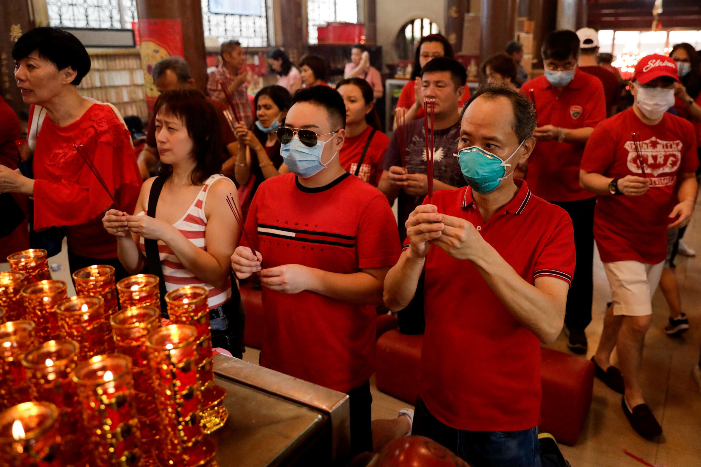 Nhiều người dân Philippines mang khẩu trang phòng virus corona khi đi lễ chùa đầu năm Canh Tý tại khu phố Chinatown, Binondo, Manila, ngày 25/01/2020.