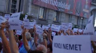 Tấm biển ghi dòng chữ « Không với tham nhũng », trước trụ sở đảng Fidesz. Hu-lala.org