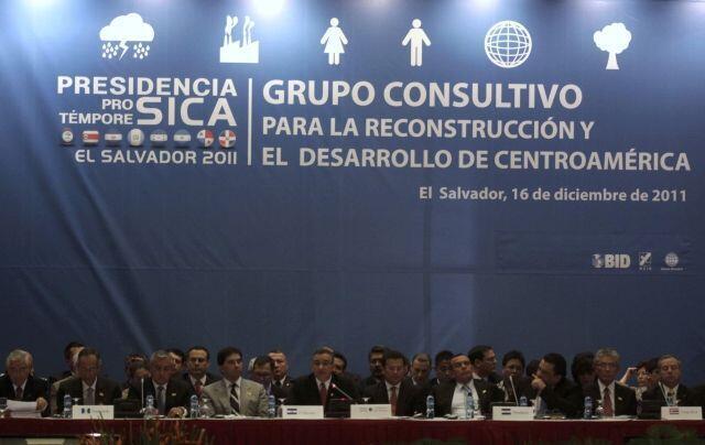 Los presidentes y responsables de los países centroamericanos y el Grupo Consultivo en San Salvador el 16 de diciembre de 2011