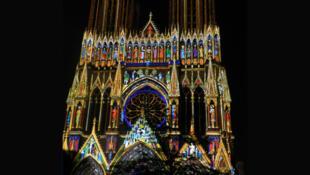 Mise en lumière de la façade de la cathédrale de Reims pour son 800e anniversaire.