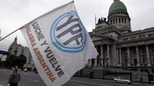 Bandera con el logo de YPF frente al Congreso argentino, el 25 de abril de 2012.