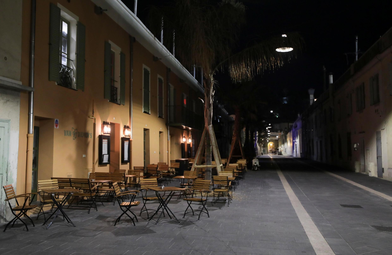 Một khu phố vắng khách vì virus corona tại Nice, miền nam nước Pháp, tối 14/03/2020.