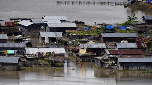 Nyumba zimejaa maji katika kijiji cha wilaya ya Morigaon, kaskazini mashariki mwa Assam, India, tarehe 20 Agosti 2017.