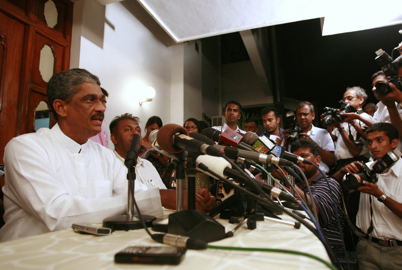 Le Général Sarath Fonseka s'adresse aux médias à propos des élections et de sa sécurité, de son domicile à Colombo, le 28 janvier 2010.