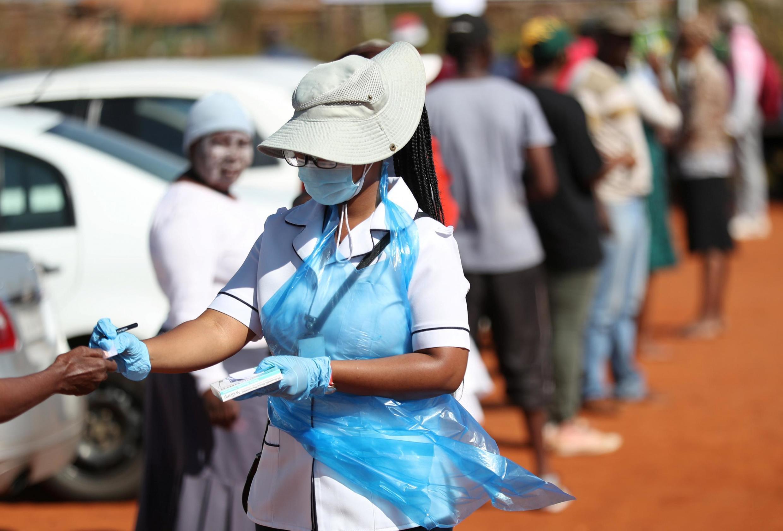 Un membre du personnel médical, lors d'une campagne de dépistage du coronavirus à Lenasia, en Afrique du Sud, le 21 avril 2020.