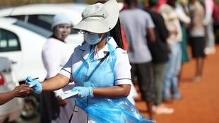Un membre du personnel médical lors d'une campagne de dépistage du coronavirus à Lenasia, en Afrique du Sud le 21 avril 2020.