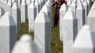 Une Bosniaque dans le mémorial de Potocari-Srebrenica.