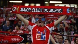 Torcedor do Benfica festeja a classificação do time para as semifinais da Liga Europa.