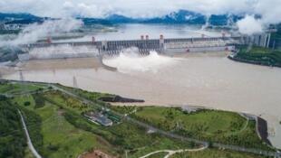 中國長江三峽工程泄洪資料圖片